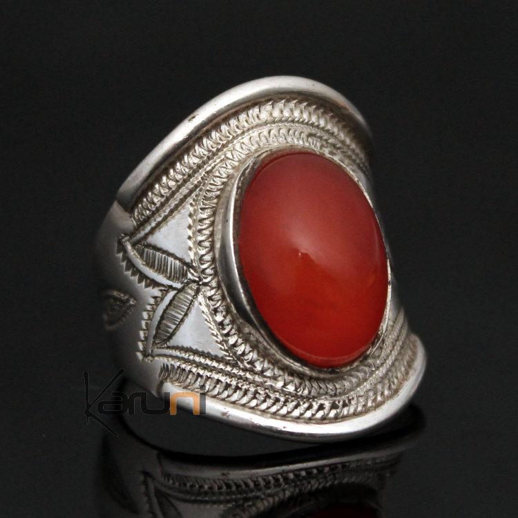 bague en argent avec pierre rouge